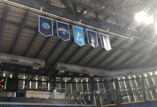 現場高掛的SBL冠軍旗,讓人搞不清楚這裡到底在打SBL還是ABL!(黃及人攝)