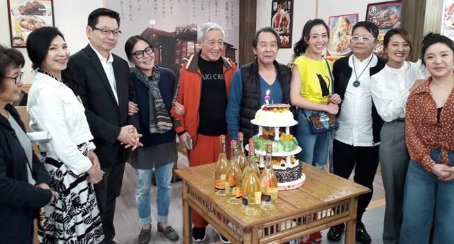 張魁(右五起)慶生,哥哥張帝、魁嫂及演員群幫慶生。東風提供