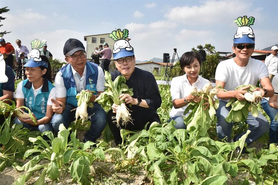 行政院副院長陳其邁(前中)16日上午出席2019美濃白玉蘿蔔還有好豆季活動。(林瑞益攝)