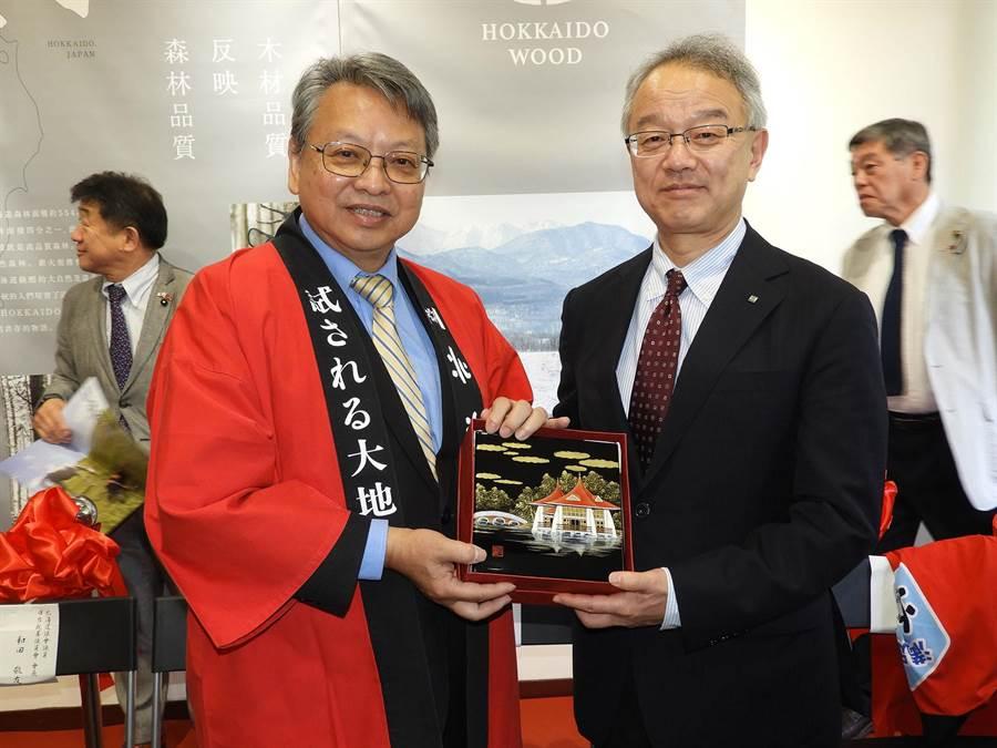 台中市政府副市長令狐榮達(左)贈送紀念品給北海道廳土屋俊亮副知事(右)。(陳世宗攝)
