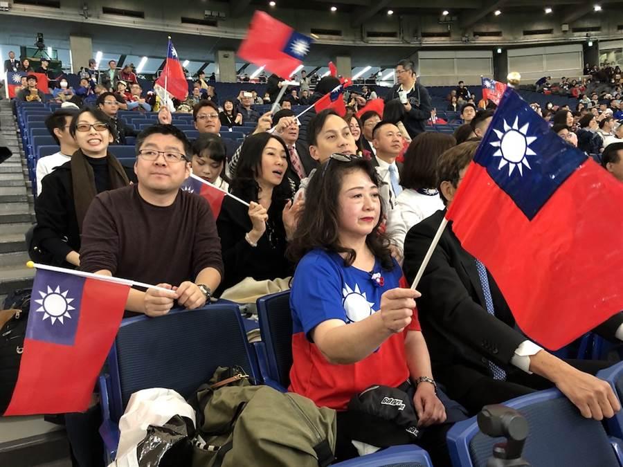 國民黨總統參選人韓國瑜的夫人李佳芬代夫出征跨海拉票,16日中午與旅日僑胞到東京巨蛋球場替中華隊加油。(黃菁菁攝)