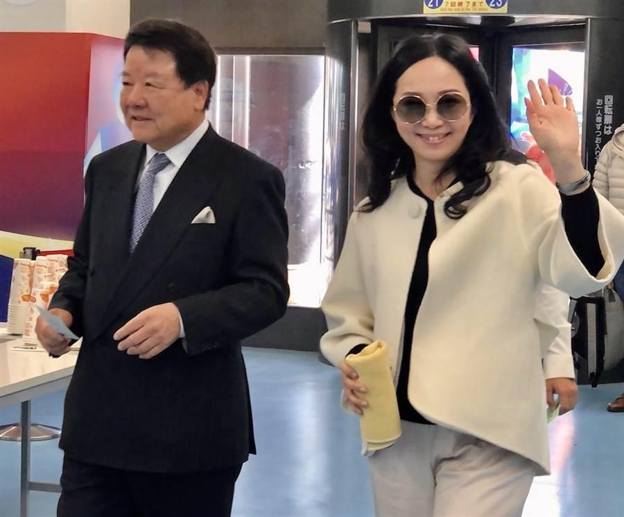 國民黨總統參選人韓國瑜的夫人李佳芬代夫出征跨海拉票,16日中午在中華聯合總會名譽會長詹德薰等僑領陪同下到東京巨蛋看球。(黃菁菁攝)