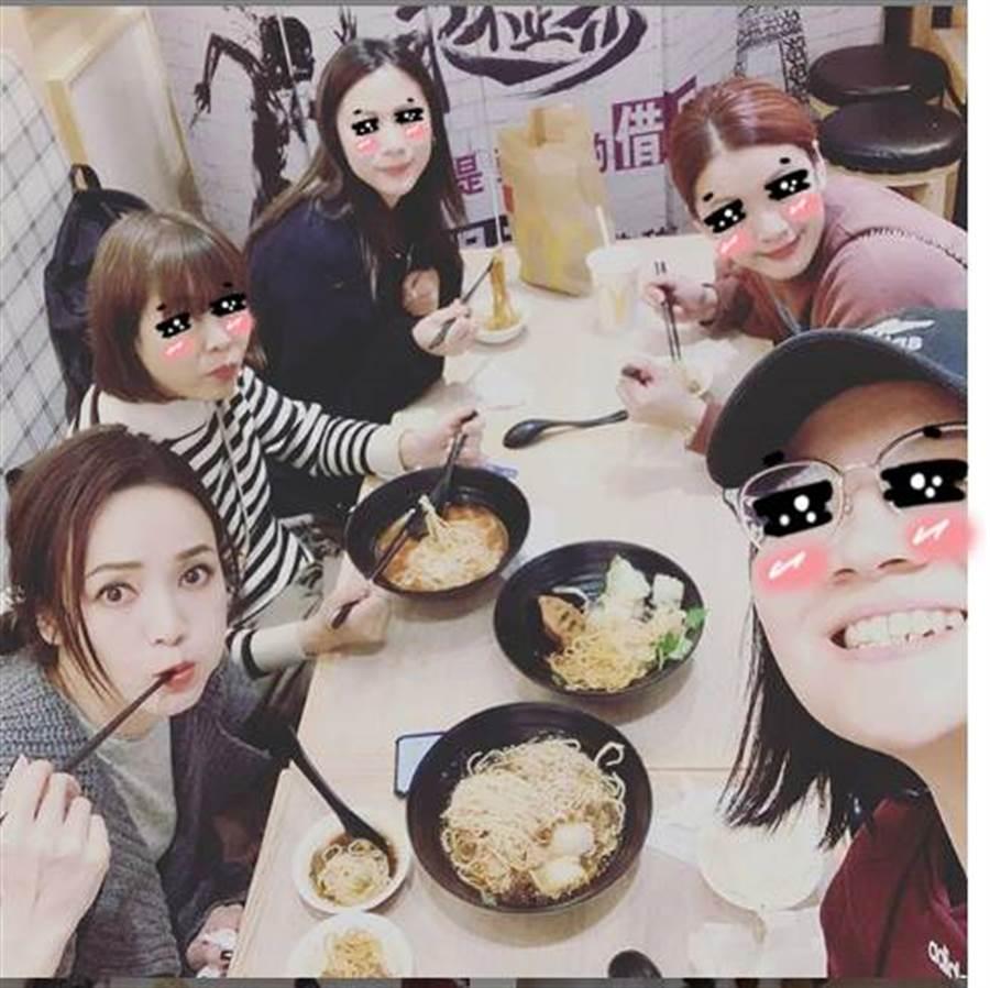 侯佩岑曬吃麵照,她手拿筷子對鏡頭賣萌,實在美翻。(圖/取材自侯佩岑Instagram)
