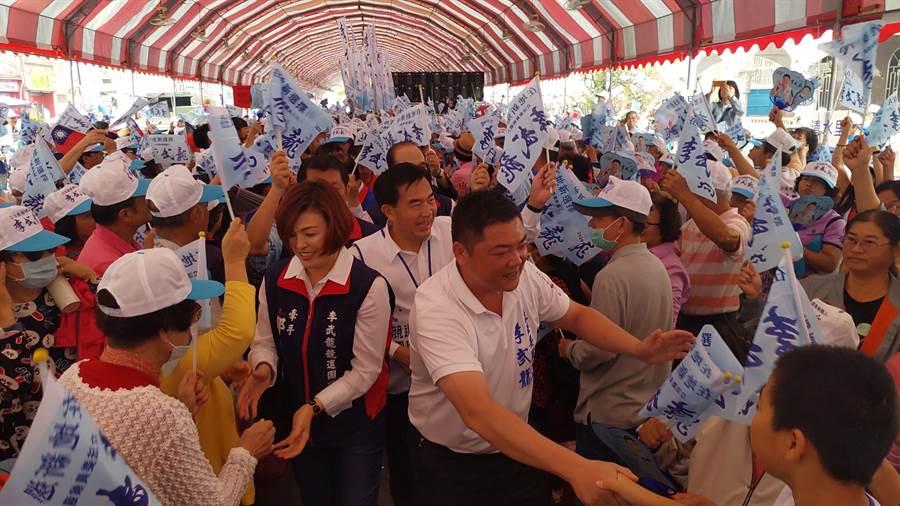 國民黨南市第二選區立委參選人李武龍成立競選總部,擁入逾5000名支持者,場面熱烈。(莊曜聰攝)