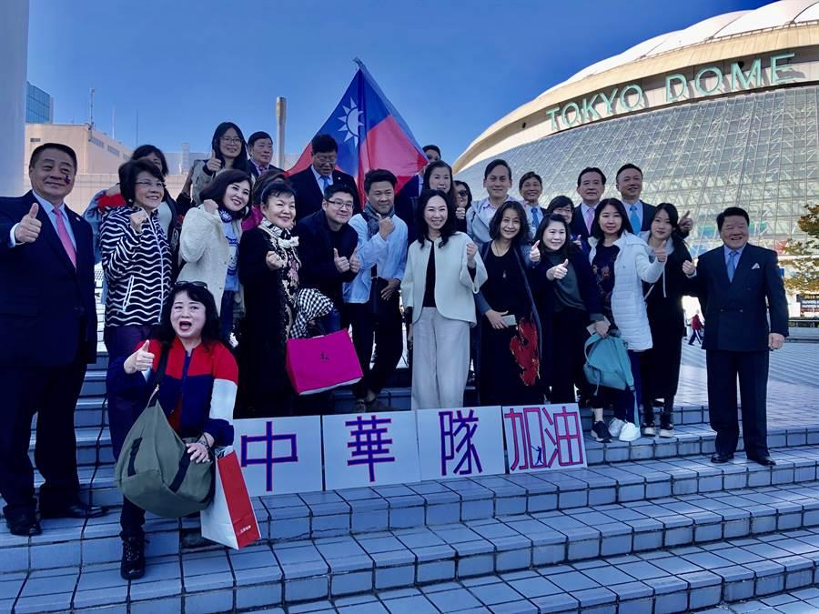 國民黨總統參選人韓國瑜的夫人李佳芬代夫出征跨海拉票,16日中午到東京巨蛋看球,許多來自台灣的球迷爭相與她拍照。(黃菁菁攝)