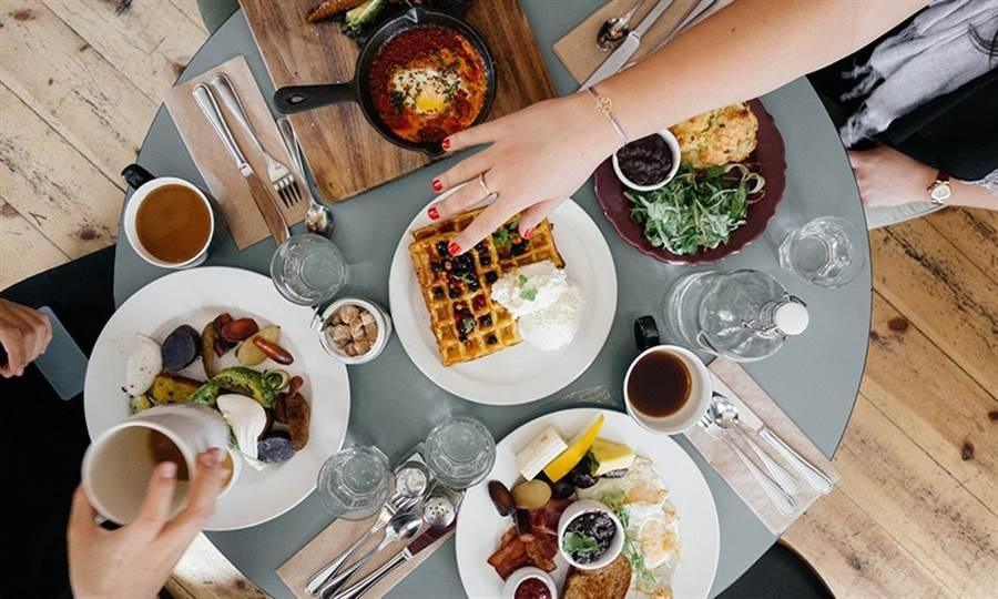 應酬的餐點大多不符合糖尿病飲食原則,血糖值容易飆高。(圖片來源:Pixabay)