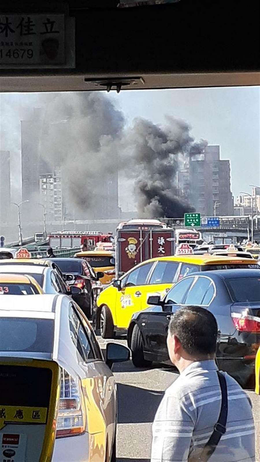 三重中興橋死亡車禍,兩車對撞起火燃燒1駕駛燒死車內(翻攝自愛新莊/戴上容新北傳真)