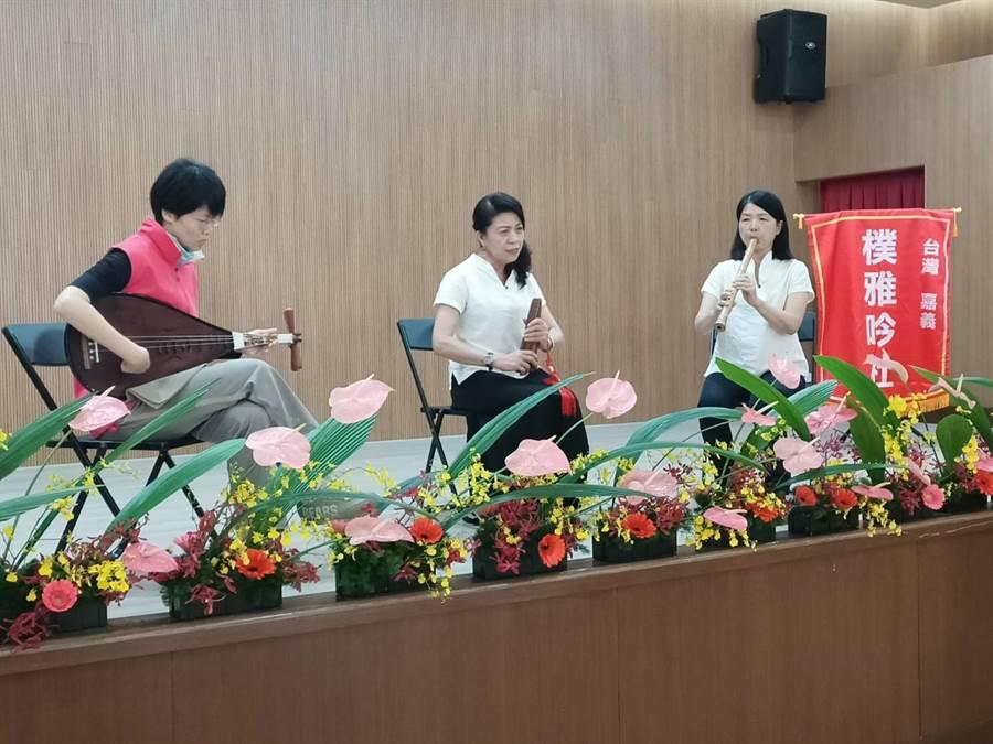 梅嶺美術文教基金會16日在朴子市公所多功能會議室舉行吟詩大會暨詩集「二」新書發表會。(張毓翎攝)
