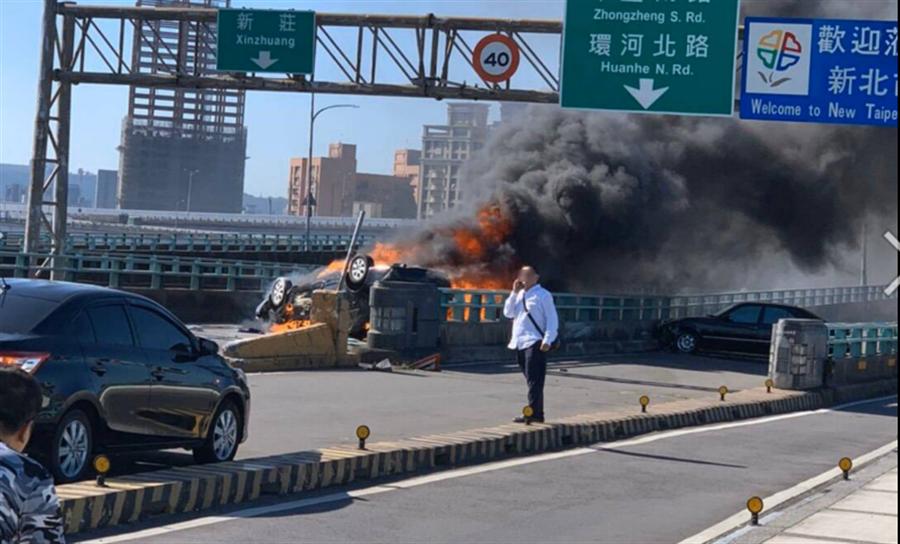 中興橋2車碰撞車禍,起火車40歲女副駕駛不治。(圖/翻攝自畫面)