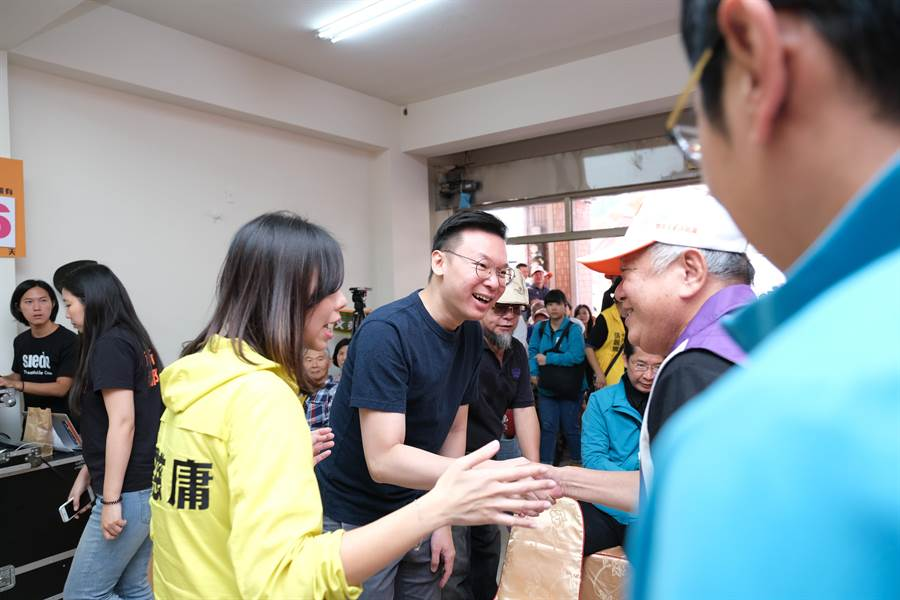 民進黨副秘書長林飛帆出席潭子競總進駐茶會,力挺洪慈庸連任。(王文吉攝)