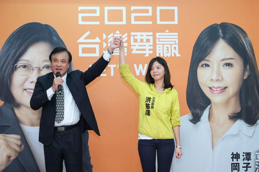 立法院長蘇嘉全(左)肯定洪慈庸(右)在立法院的表現,籲「讓顧台灣的洪慈庸連任」。(王文吉攝)