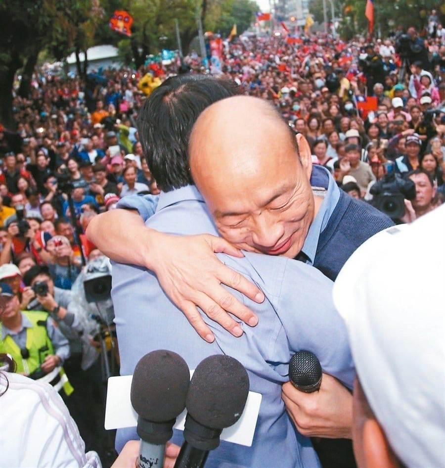 國民黨總統參選人韓國瑜與台南市議員謝龍介相擁。(圖/取自臉書社團「韓家軍」)