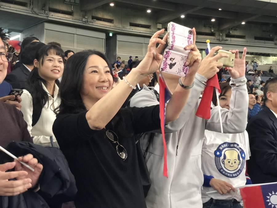 贏球的一刻,現場歡聲雷動,李佳芬也興奮地揮舞國旗,還拿出手機朝球場上的球團拍照。(黃菁菁 攝)