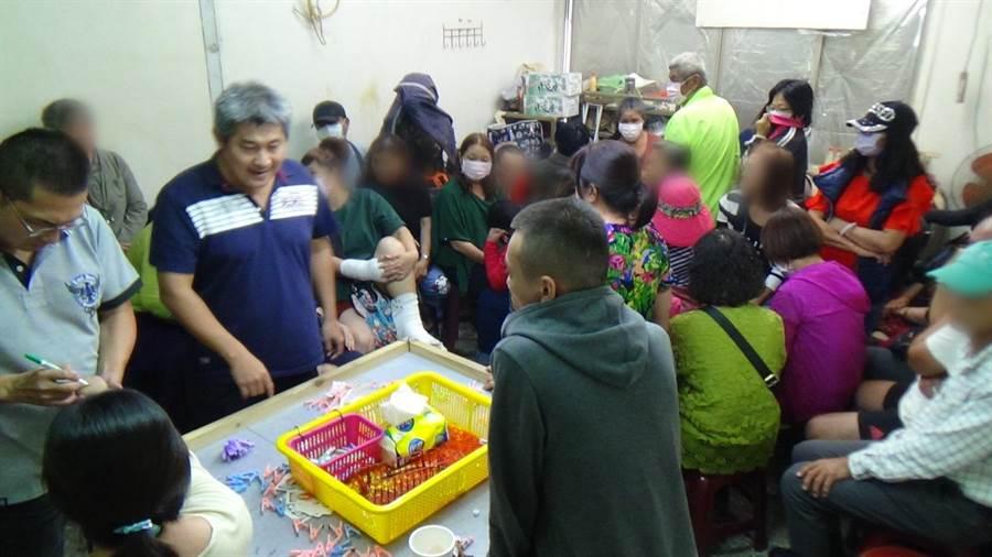 麻豆警方查獲一處職業賭場,40多名賭客多半是菜籃族。(警方提供/莊曜聰傳真)