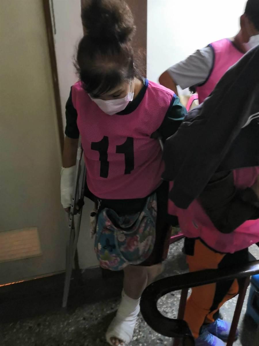 一名婦人手腳因車禍受傷打石膏,拿著拐杖還是要賭。(警方提供/莊曜聰傳真)