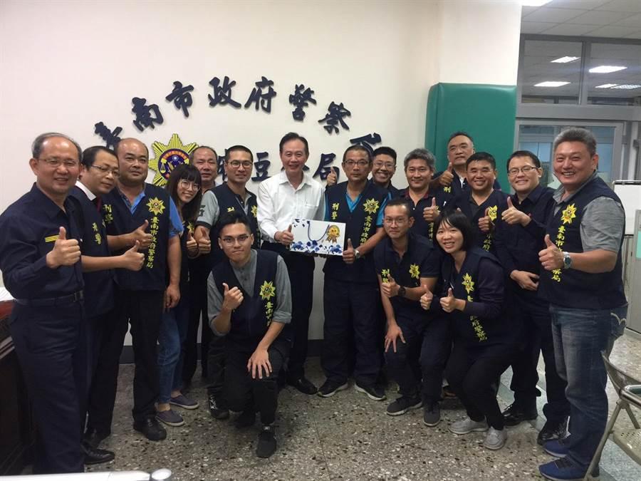 台南市警察局長周幼偉前往麻豆警分局頒發破案茶。(警方提供/莊曜聰傳真)