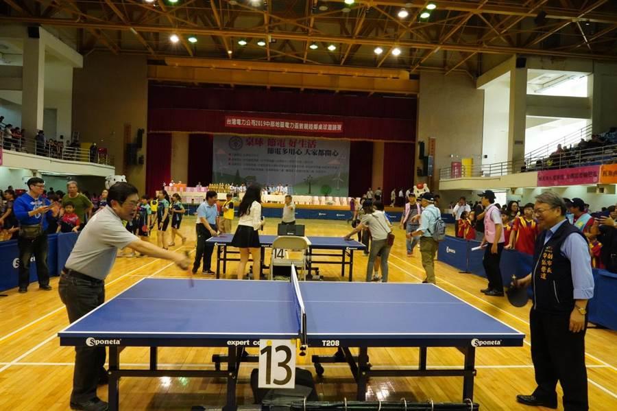 台中市副市長令狐榮達(右)、台電董事長楊偉甫(左)為桌球邀請賽開球。(王文吉攝)