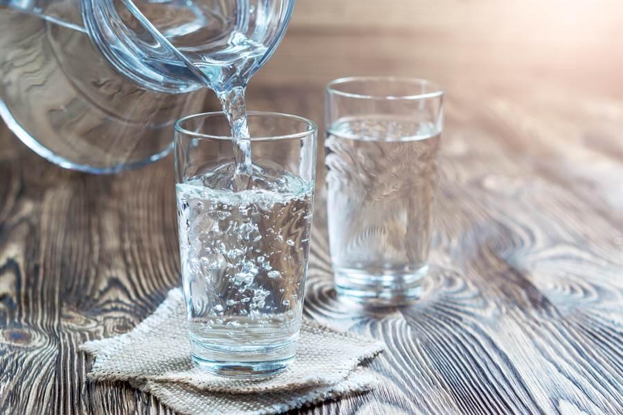 藥師謝蕙霞強調,服藥就是要喝白開水,牛奶、茶葉、咖啡都不適合。(圖/shutterstock)