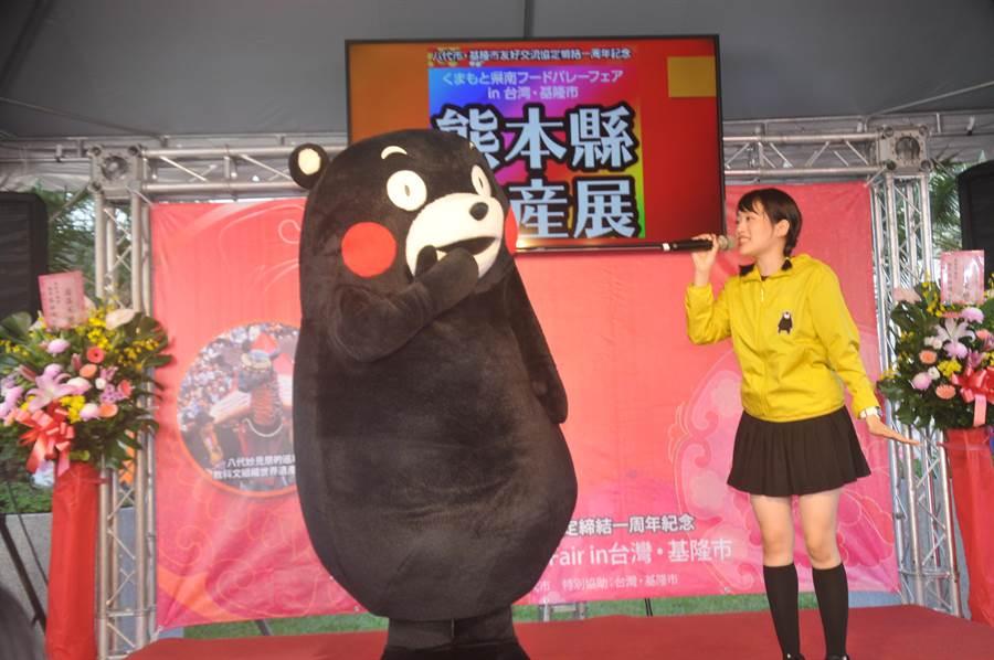 日本人氣吉祥物熊本熊(KUMAMON)與市民相見歡,可愛模樣讓大小朋友瘋狂。(許家寧攝)