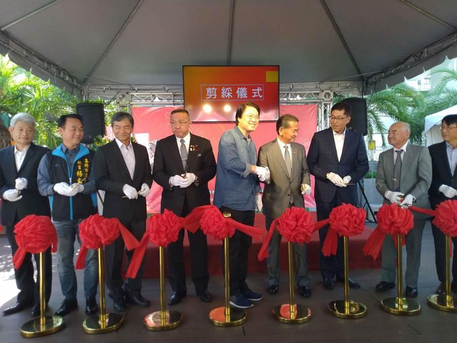 基隆市長林右昌(中)宣布明年3月22日起郵輪新航線首航九州八代市。(許家寧攝)