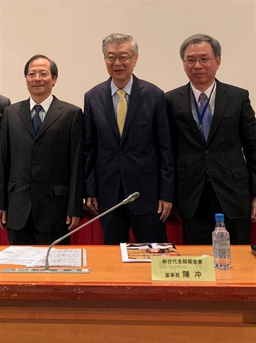 前行政院長陳沖(中立者)強調數位時代,政策決定應作好基本工作,了解確切的受影響人數。圖/彭禎伶