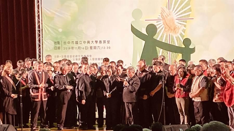 蔡英文總統參加台灣原住民權人發展關懷協會舉辦的全國基督徒禱告會,接受祈禱與祝福。(陳淑芬攝)