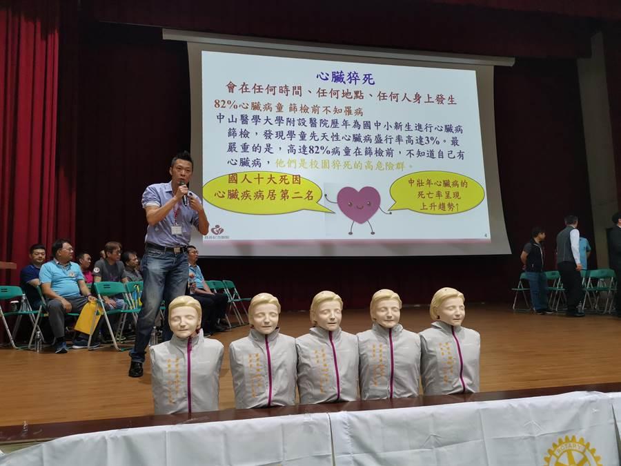 國際扶輪社16日上午在竹南高中學生活動中心舉辦500人接力CPR,由為恭紀念醫院急診室主任徐裕超擔任總教官。〔謝明俊攝〕