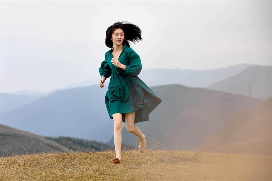 白安不怕髒赤腳奔跑,感受大自然的美好。(相信音樂提供)