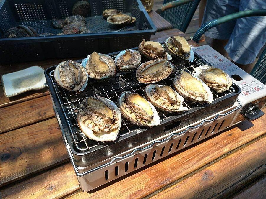 海洋牧場現烤新鮮貢寮鮑。(圖取自新北市漁業處官網)