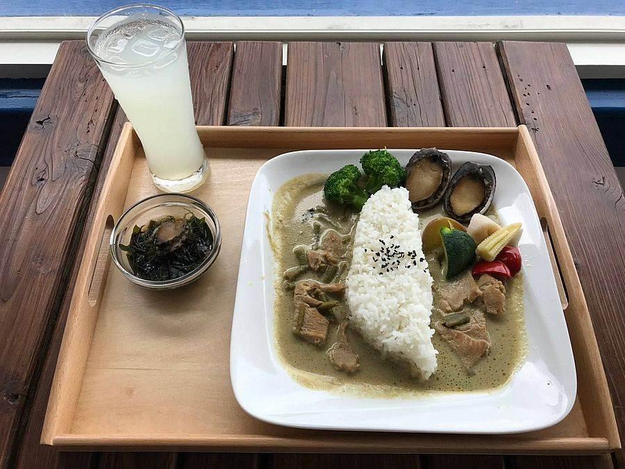 海洋牧場餐廳的美味貢寮鮑咖喱飯。(圖取自新北市漁業處官網)