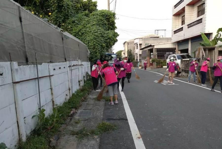 斗六市施瓜寮環保志工隊格周一次打掃社區馬路(陳秀鳳提供)