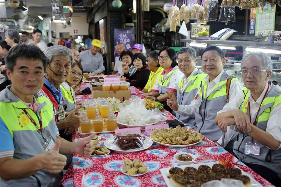 民眾若報名「東市好食光」遊程,像東市場的牛雜湯、筒仔米糕等經典美食,不用排隊就吃的到。(張毓翎攝)