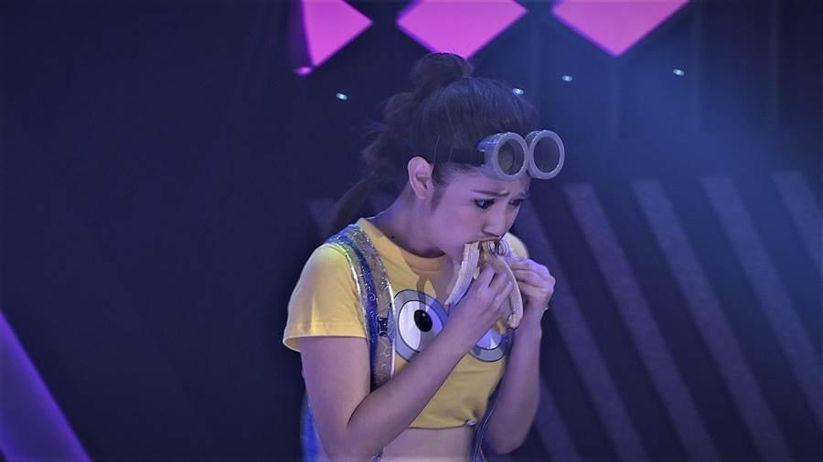 郭亞棠在舞蹈進行中的短短10秒之內,要吃掉一根香蕉(圖/民視提供)
