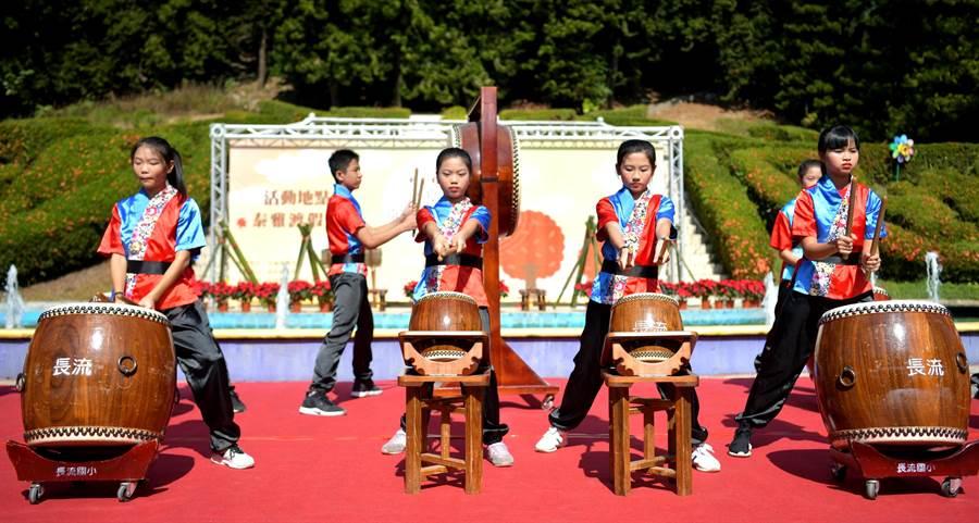▲南投溫泉季在泰雅渡假村由長流國小戰鼓隊的隆隆戰鼓聲中揭開序幕。(楊樹煌攝)