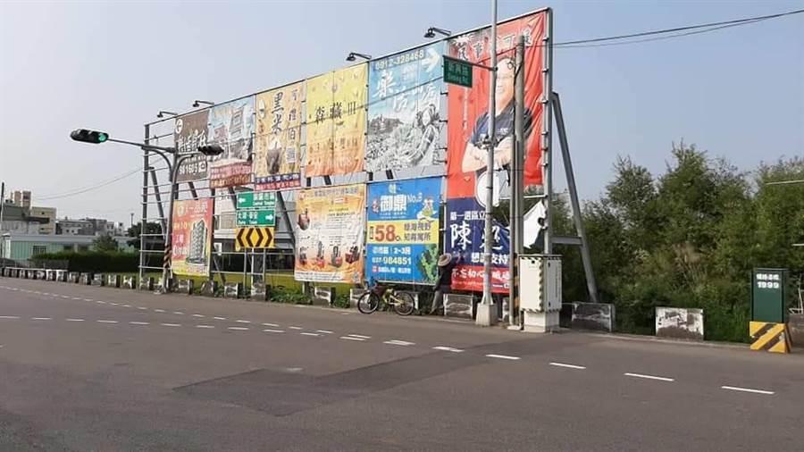 立委陳超明在銅鑼路旁設置大型看板,遭人破壞割毀。(警方提供/何冠嫻苗栗傳真)
