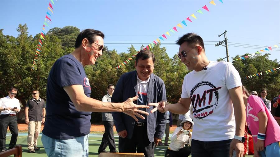 前總統馬英九(左)陪同立委江啟臣(右)參加偏鄉國小運動會,兩人大玩猜拳畫臉遊戲。(王文吉攝)