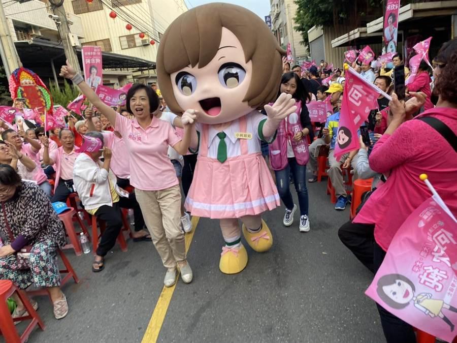 爭取連任的立委何欣純16日成立太平區北太平後援會,其中何欣純也推出選舉吉祥物「小純姐姐」首度亮相,在現場歡樂帶動唱。(馮惠宜攝)
