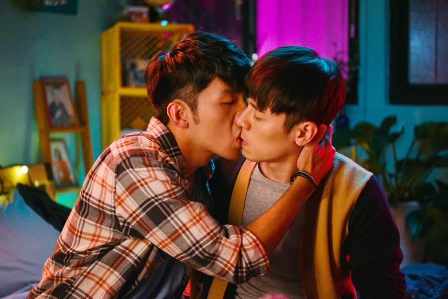 邱志宇(右)拍MV原騰獻初吻。(海鵬提供)