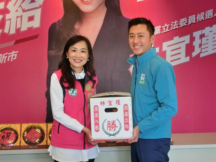 林智堅帶來一箱橘子贈送林宜瑾,祝福她的選戰結果「大吉大利」。(曹婷婷攝)