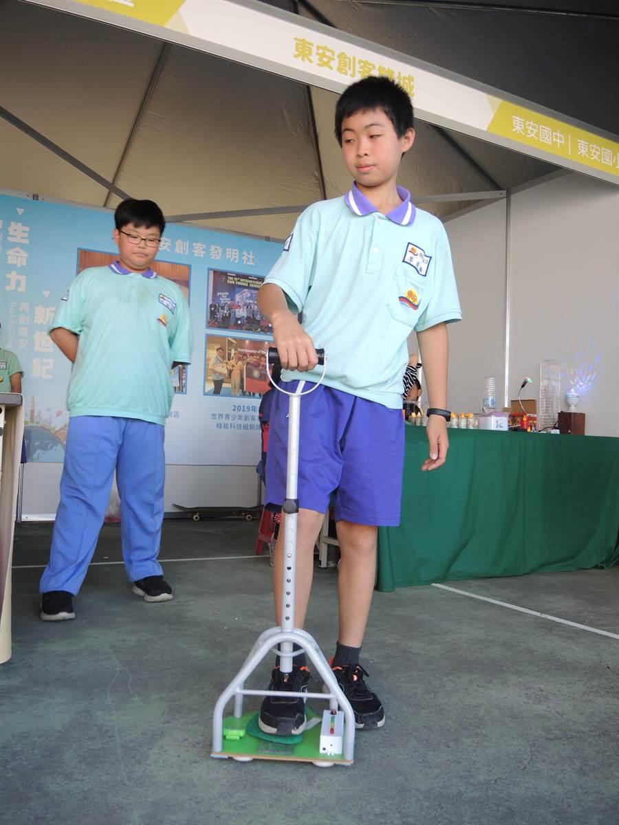 東安國中學生發明特殊拐杖,可以偵測長輩或病患行走的腳步重量。(邱立雅攝)