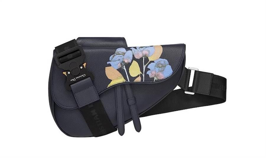 Dior SADDLE ALEX FOXTON海軍藍粒紋小牛皮圖騰馬鞍包,9萬6000元。(Dior提供)