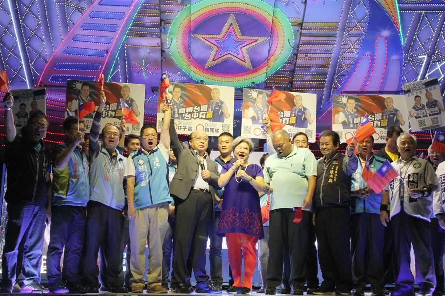 國民黨中市立委參選人莊子富(左4)造勢晚會,前台中市長胡志強(左5)等人到場站台,吸引大批鄉民參加。(陳淑芬攝)