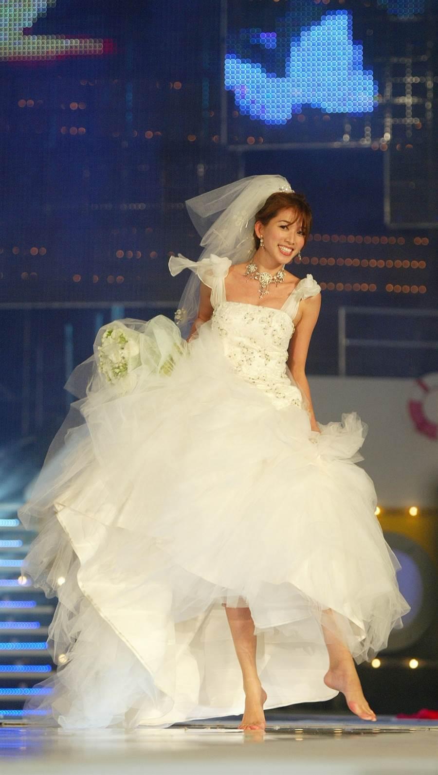 2006年林志玲在跨年晚會穿白紗表演走秀,驚豔全場。(圖/中時資料照片)