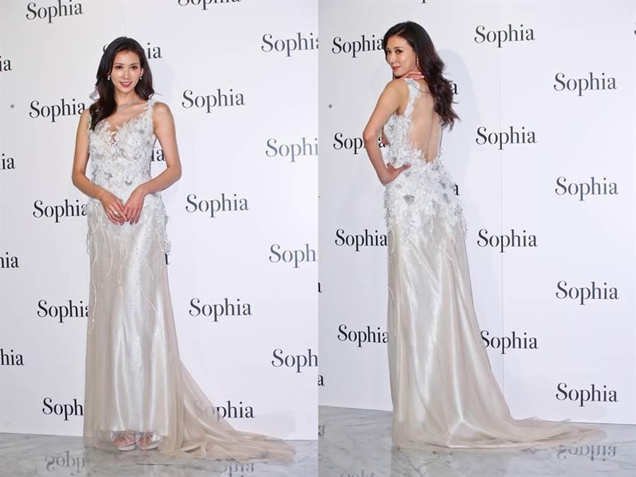 林志玲穿著深V美背銀白禮服,爆乳出席蘇菲雅婚紗開幕酒會。(圖/中時資料照片)