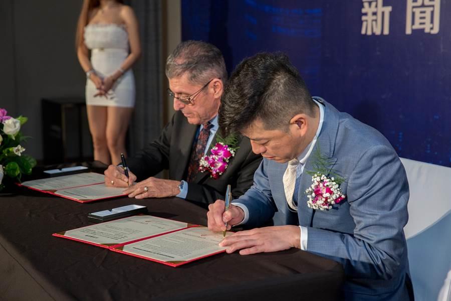 GTG Ventures 營運長COO David Porter Wilson(左)與APF金融集團 董事長中澤和則(右)今在現場完成簽約。(GTG提供)