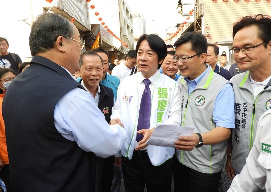 賴清德前往300多年歷史的萬和宮參拜,受到董事長蕭清杰帶領全體理監事熱情歡迎。(陳世宗攝)