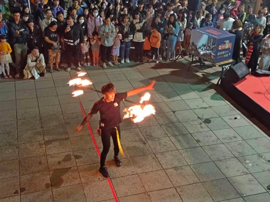 「火舞小王子」許文浚精彩表演,炒熱現場氣氛。(李金生攝)