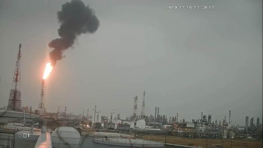 中油林園廠16日冒黑煙,挨罰150萬。(翻攝照片/曹明正高雄傳真)