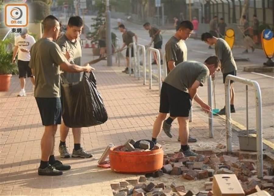 解放軍駐港部隊下午出營清路障。(取自東網)