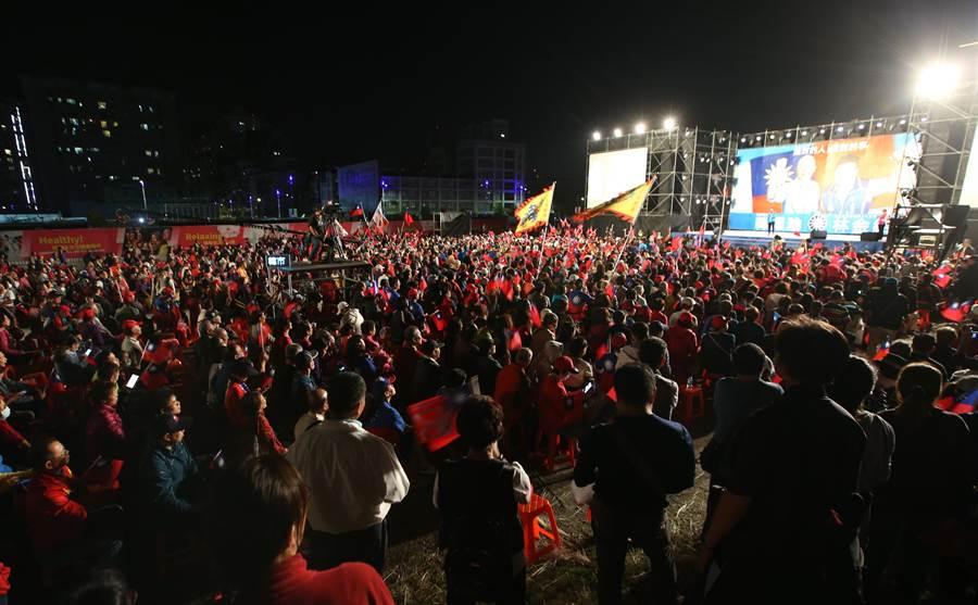 國民黨新北市土城三峽林金結立委參選人競選總部成立晚會16日舉行,近兩萬名熱情支持者進場力挺韓國瑜及林金結。(陳怡誠攝)